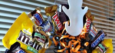 Easy DIY Halloween Candy Wreath Project #BOOItForward